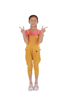 아시아 어린 소녀의 초상화는 흰색 배경에 격리된 옆을 가리키는 두 손가락 제스처입니다. 클리핑 패스가 있는 이미지 전체 길이.