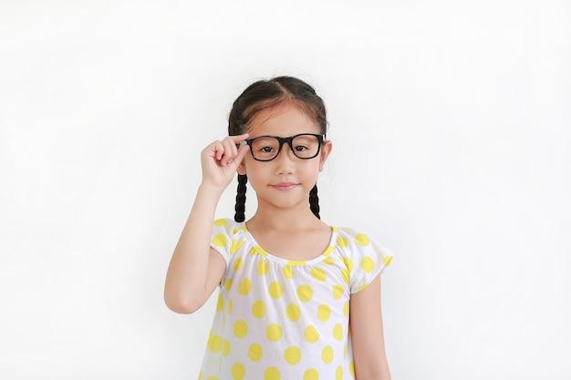 白い背景の上の眼鏡をかけているアジアの若い女の子の子供の肖像画