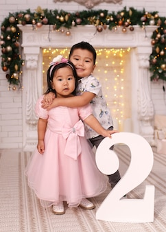 2番目に抱き締めるアジア人の少年と女性の肖像画