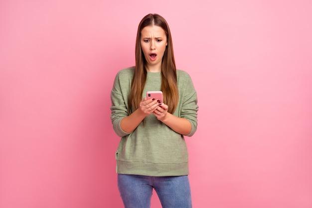 놀란 된 미친 여자의 초상화 사용 핸드폰 감동 된 비명