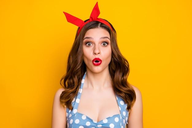 びっくりした女の子の肖像画口を開けてピンナップ服のヘッドバンドを着用