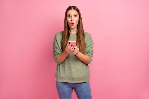 びっくりした女の子のポートレートが印象的なスマートフォンを使用