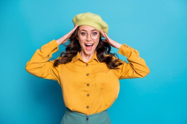 驚いたポジティブな陽気な女の子の肖像画は素晴らしいブラックフライデーノベルティ悲鳴タッチフレンチキャップの手は青い色の背景の上に分離された格好良い服を着る