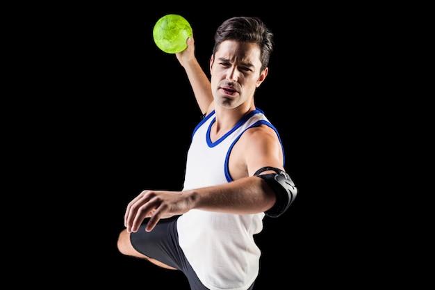 Портрет мужчины спортсмена, бросали мяч