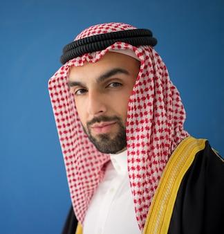 シェイクローブ付きの魅力的なアラブ人男性の肖像