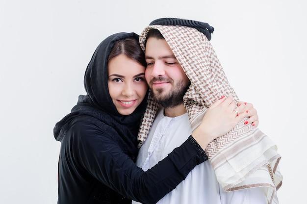 Портрет привлекательной арабской пары, одетой в ближневосточный образ жизни.