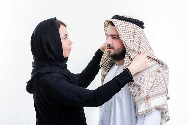 魅力的なアラビアのカップルの肖像画、中東の方法を着ています。