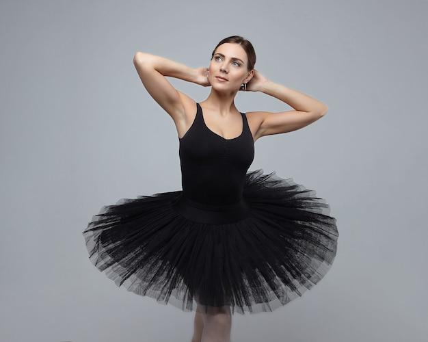 매력적인 발레리나의 초상화입니다. 흰색 배경에 스튜디오에서 사진 촬영