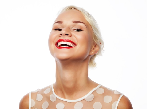 Портрет привлекательной кавказской улыбается женщина блондинка