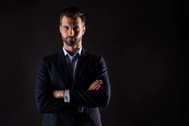 Портрет привлекательного элегантного хорошо одетого парня, успешного агента, финансиста, специалиста, скрестив руки
