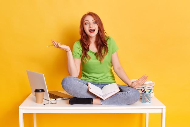 Портрет привлекательной сосредоточенной знающей девушки, читающей книгу