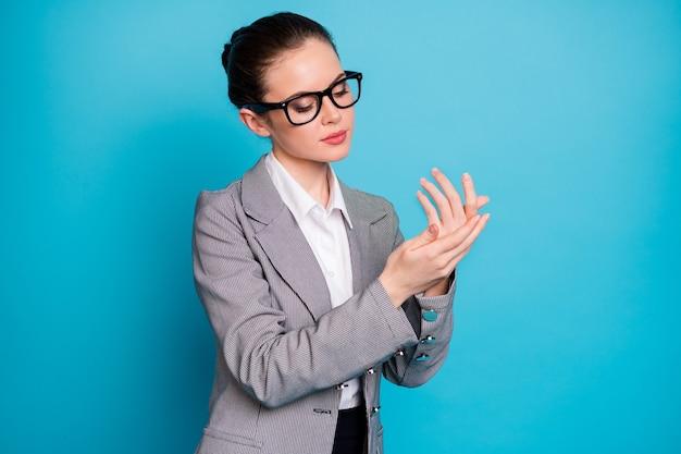 アルコール抗菌クレンジング手を使用して魅力的な焦点を当てた女性の肖像画は、明るい青色の背景に分離されたインフルエンザの病気を停止します