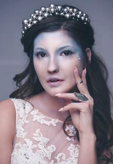 Портрет привлекательной ледяной девушки