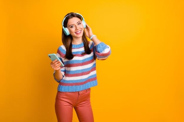 헤드폰에서 매력적인 사랑스러운 소녀 듣기 음악의 초상화