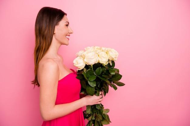Портрет привлекательной милой дамы с белыми розами