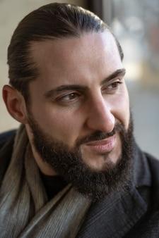 Портрет привлекательного мужчины с бородой