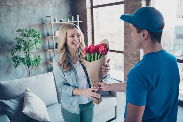 축하 패키지 붉은 꽃을받는 매력적인 꽤 기쁜 여자의 초상화