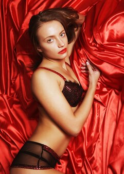 침대에 누워 매력적인 섹시 한 여자의 초상화