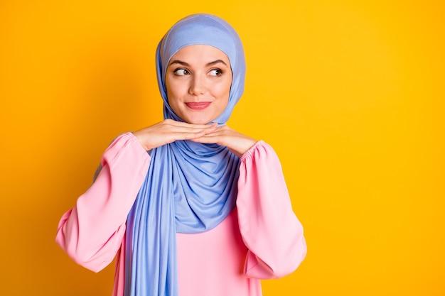 히잡을 쓴 매력적인 수줍은 겸손한 이슬람 여성의 초상화