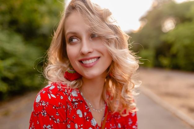 Портрет привлекательной стильной блондинки улыбается женщина в красной блузке летней моды наряд носить серьги улыбается