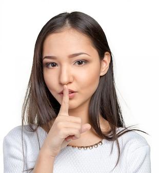 입술에 손가락을 가진 매력적인 십 대 소녀의 초상화