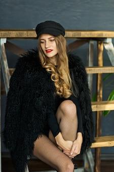 검은 모자에 매력적인 여자와 모피 칼라 코트의 초상화