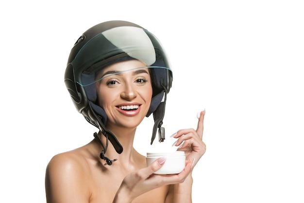 화이트 스튜디오에 오토바이 헬멧에 매력적인 여자의 초상화