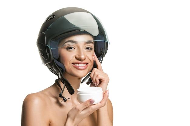 오토바이 헬멧에 매력적인 여자의 초상화