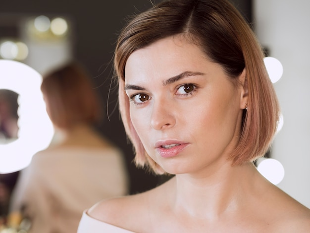 Портрет привлекательной женщины в студии