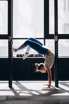 Портрет привлекательной молодой женщины делают упражнения йоги или пилатес
