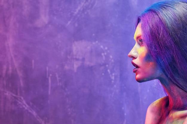 Портрет привлекательной молодой женщины с удивительным боди-артом, крупным планом