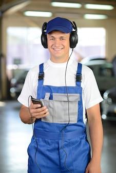 自動車整備士、ヘッドフォンで音楽を聴くの肖像画。