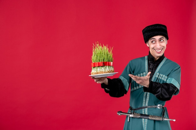 赤いダンサー民族novruz休日春にsemeniを与える伝統的な衣装でアゼルバイジャン人の肖像画
