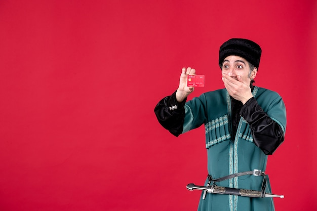 クレジットカードスタジオを保持している伝統的な衣装でアゼルバイジャン人の肖像画は、赤い民族novruz春を撮影しました