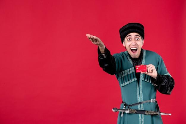 クレジットカードスタジオを保持している伝統的な衣装でアゼルバイジャン人の肖像画は赤いnovruzお金の民族を撮影しました