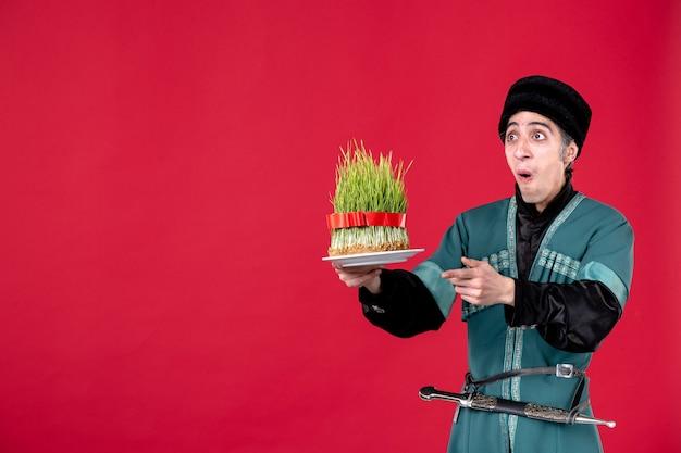 빨간색에 녹색 semeni를 들고 전통 의상에서 아제리 남자의 초상화