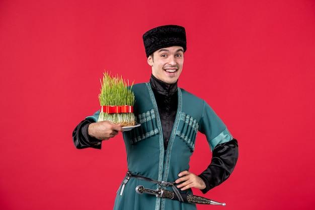 Портрет азербайджанского мужчины в традиционном костюме, держащего студию семени, застрелил красную танцовщицу новруз исполнитель весна