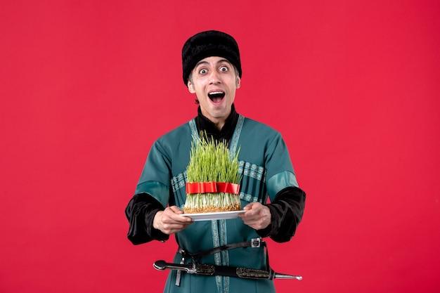 Портрет азербайджанского мужчины в традиционном костюме с семени на красном