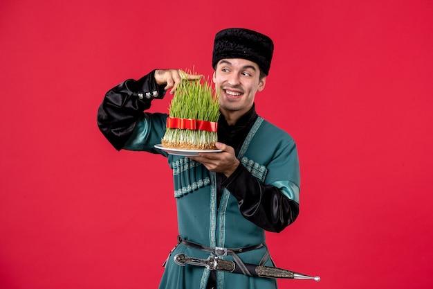 赤のsemeniと伝統的な衣装でアゼルバイジャンの男の肖像画