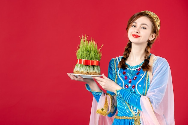 赤のsemeniと伝統的なドレスを着たアゼルバイジャンの女性の肖像画
