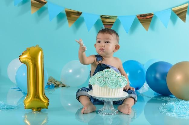 Портрет ребенка, празднующего свой день рождения.