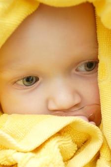 목욕 후 수건으로 덮인 여자 아기의 초상화