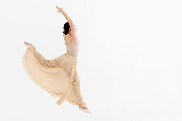 クラシックダンスを実行するバレリーナの肖像画