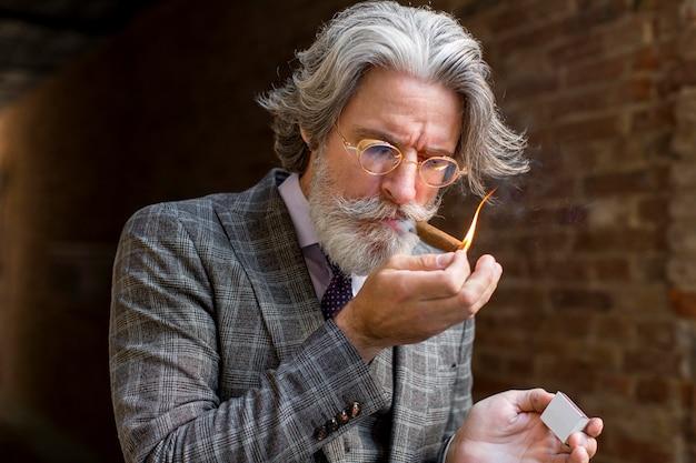 ひげを生やした男性の雷シガーの肖像画