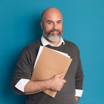 Портрет бородатого мужчины с документами