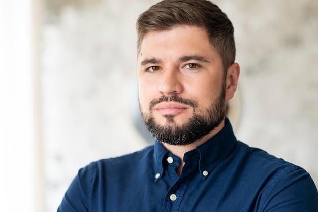 Портрет бородатого мужчины, скрестив руки