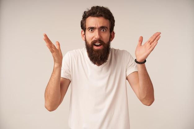 Портрет бородатого мужчины выглядит смущенным