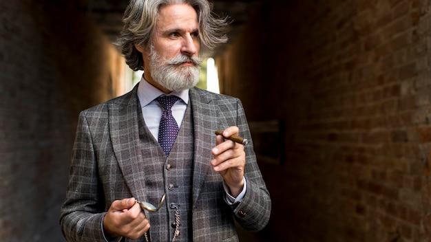 離れているひげを生やした成熟した男性の肖像画