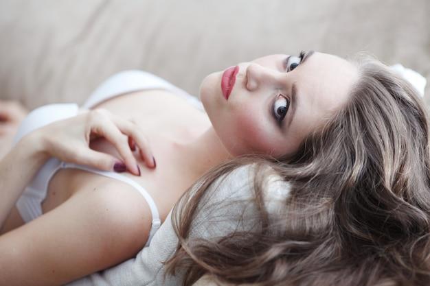 Портрет красивой молодой женщины в нижнем белье
