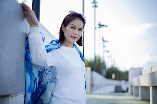 ビーチで美しい40歳のアジアの女性の肖像画。
